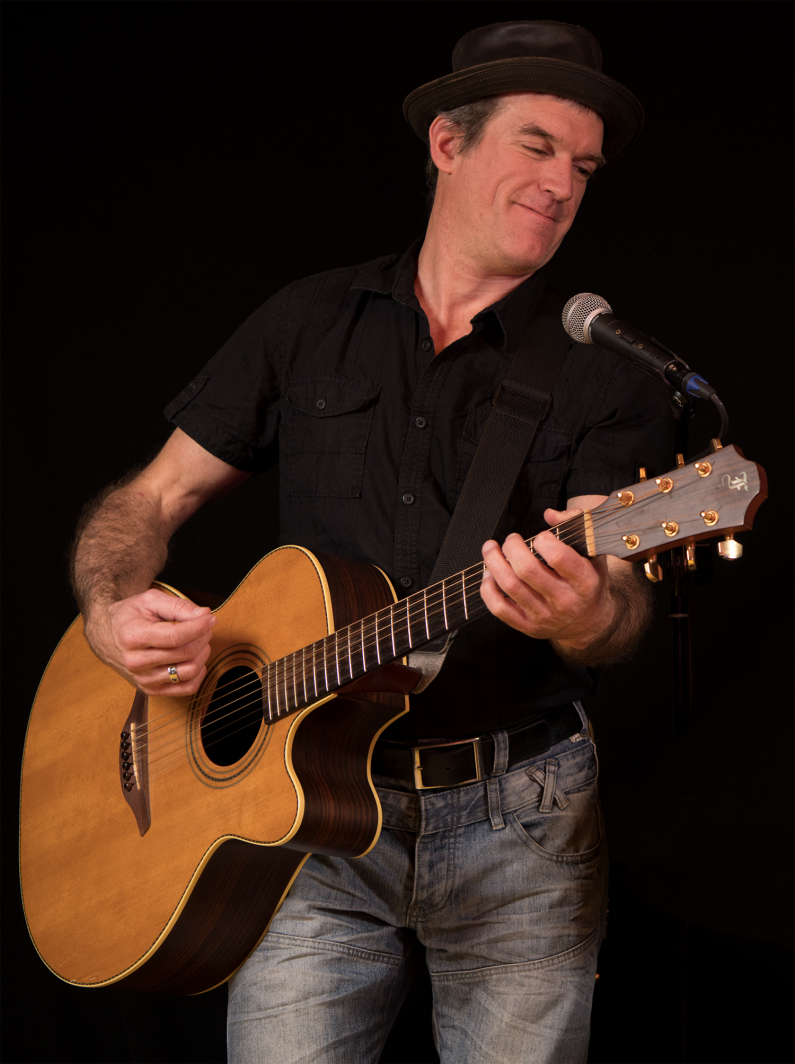 Dave Music an der Gitarre